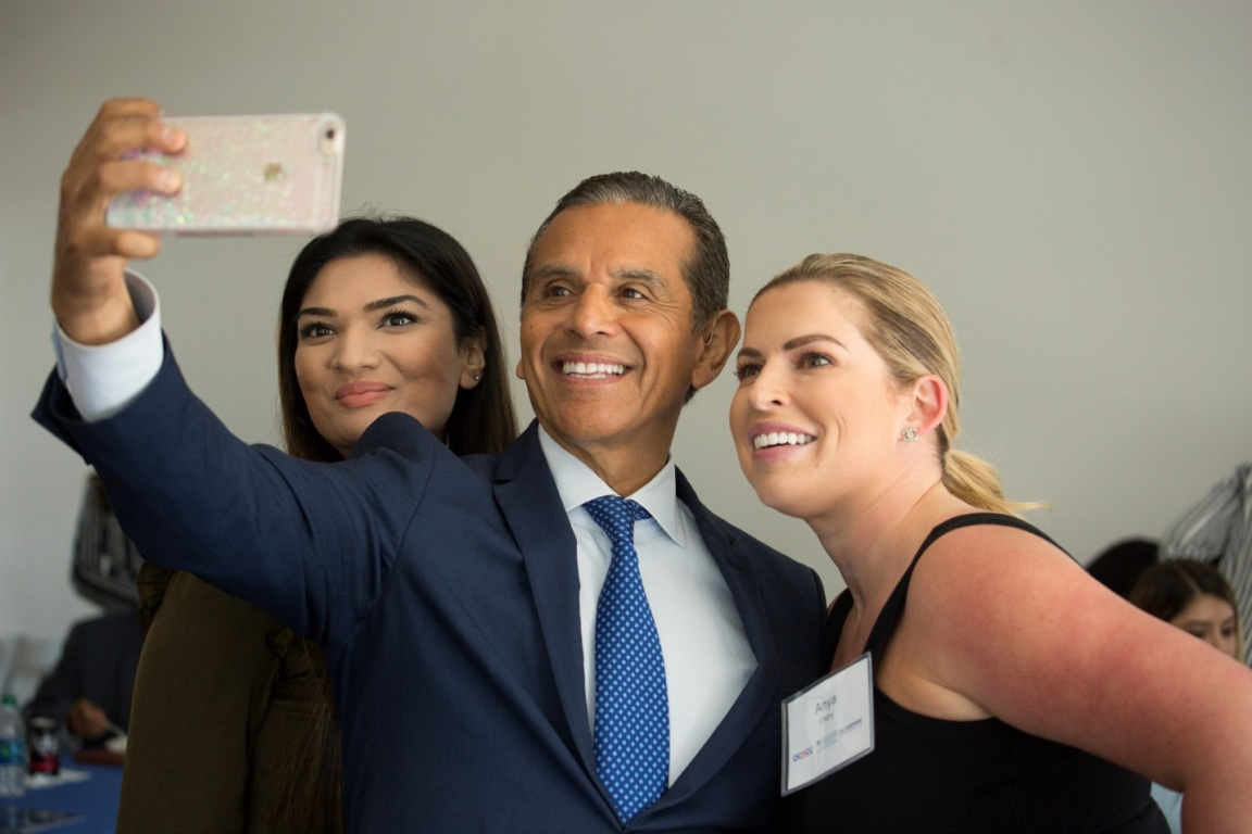 Antonio Villaraigosa takes photos with Orange County Hispanic business leaders at an event hosted by Mihaylo College's Lead SBDC in summer 2017.