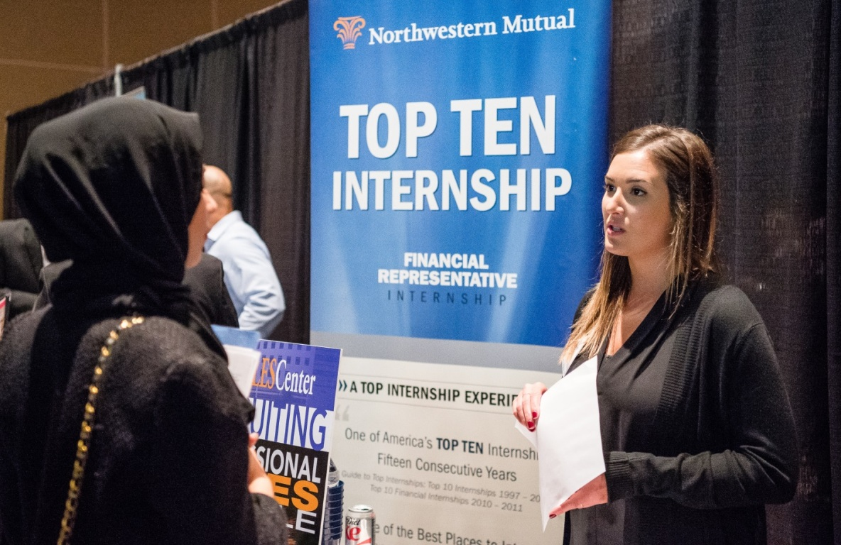 A CSUF Mihaylo College student meets with a recruiter at a Sales Leadership Center career event.